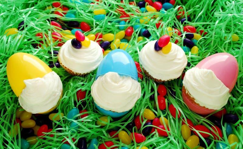 Pasen Cupcakes in Eieren royalty-vrije stock afbeeldingen