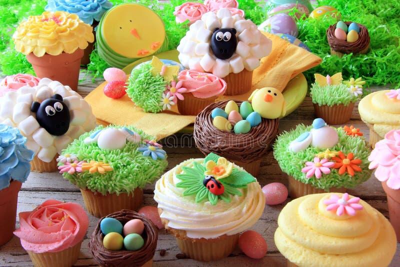 Pasen cupcakes en paaseieren stock afbeeldingen