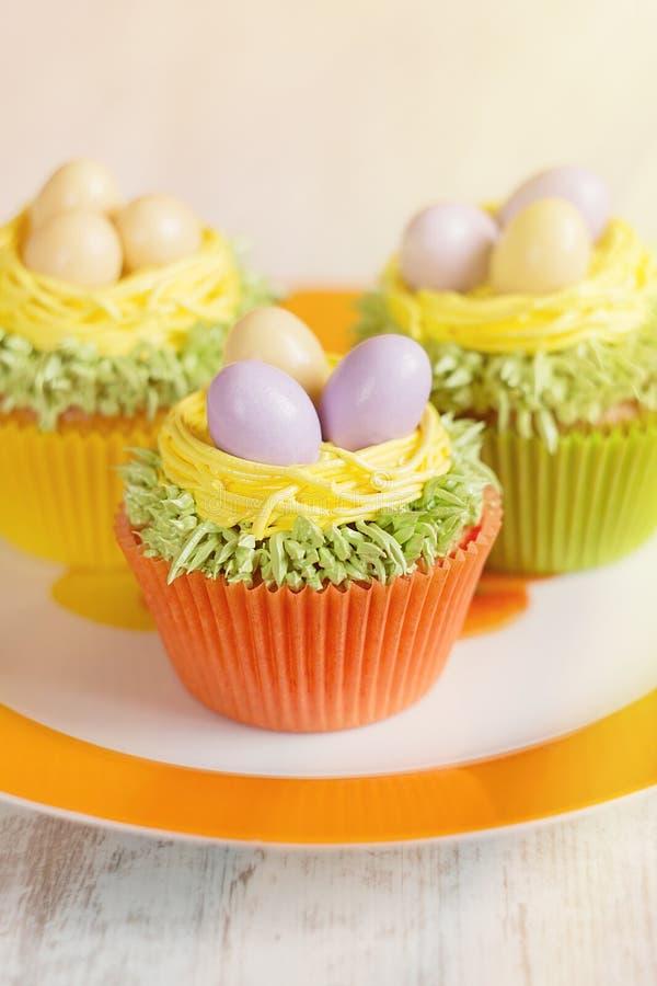 Pasen cupcakes met eieren in nest wordt verfraaid dat stock afbeeldingen
