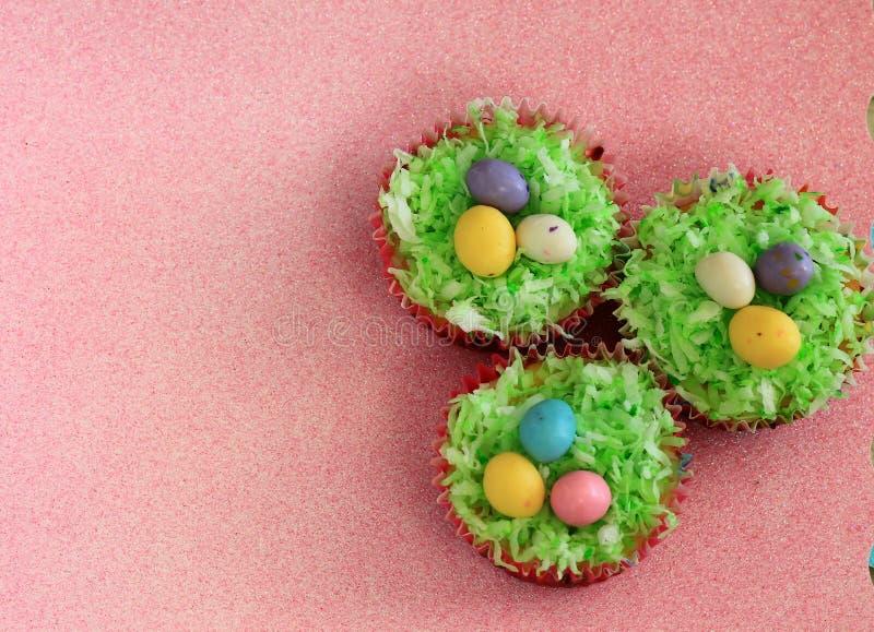 Pasen cupcakes met malted chocoladeeieren stock foto's