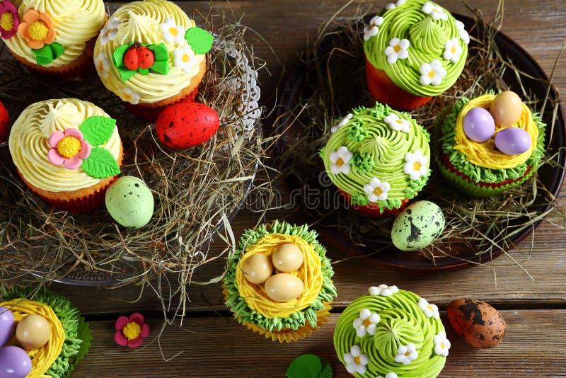 Pasen cupcakes op hooi royalty-vrije stock afbeeldingen
