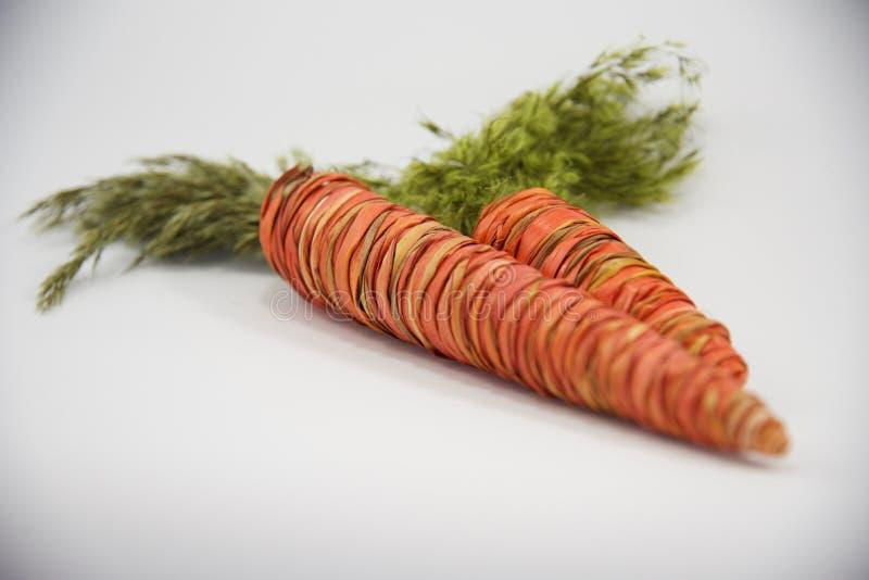 Pasen-de groetkaart van stro decoratieve wortelen stock fotografie