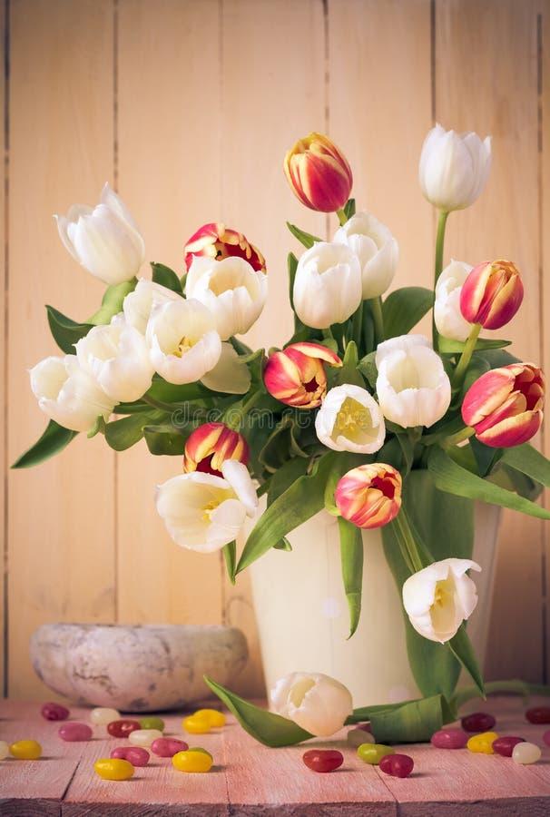 Pasen-de lentetulpen van het stillevenboeket stock foto's