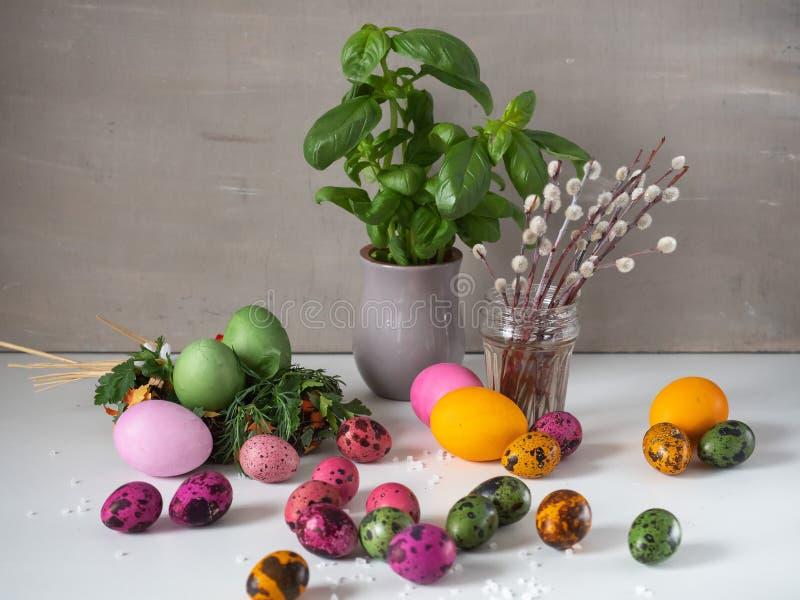 Pasen-decor, heel wat gekleurde eieren, bloeiende wilg stock foto's