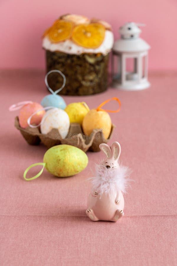 Pasen-decor met kleurrijke eieren, Pasen-cake en een roze konijntje royalty-vrije stock fotografie