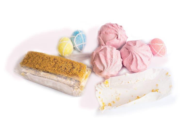 Pasen-decoratie, drie roze heemst, een cake, een document dutje stock foto