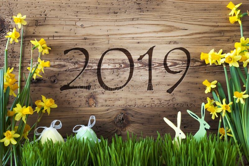 Pasen-Decoratie, Gras, Tekst 2019, Bruine Houten Achtergrond royalty-vrije stock foto's