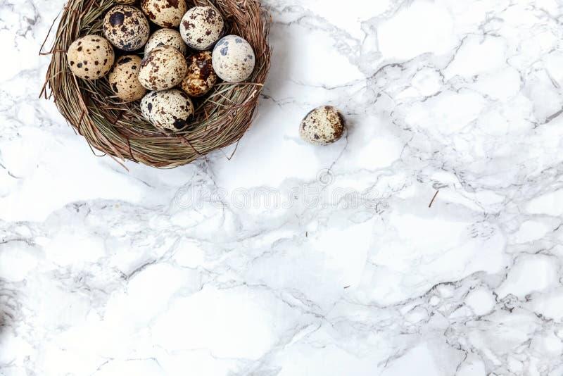 Pasen-decoratie met ei in nest op witte marmeren achtergrond stock afbeeldingen