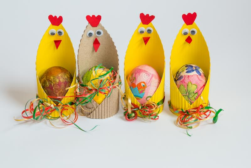 Pasen-decoratie met hand - gemaakte kuikens stock foto's