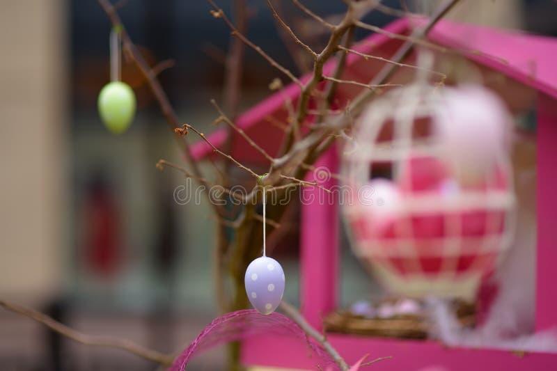 Pasen-decoratie op de straat van kleine stad van Frankrijk Pasen geschilderde eieren die op een tak hangen royalty-vrije stock foto's