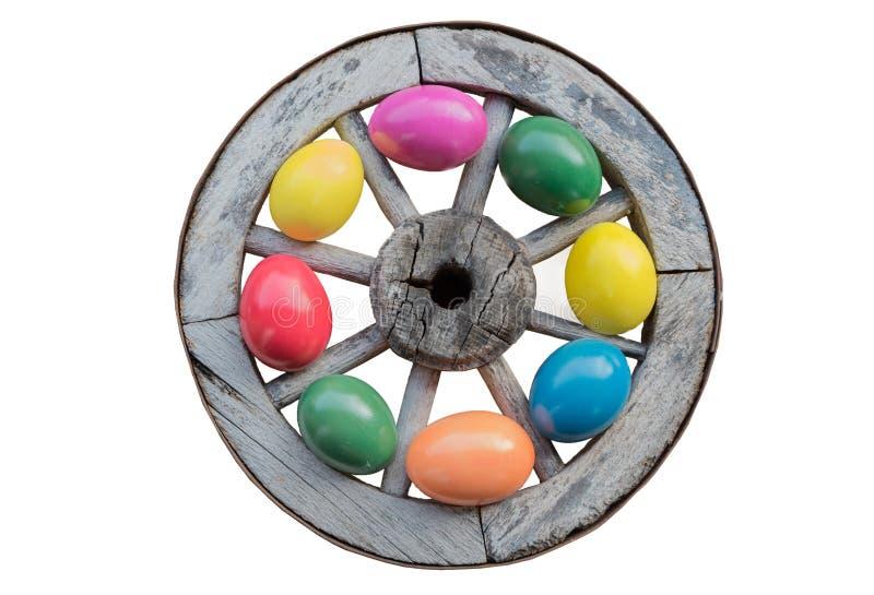 Pasen-decoratie - oud houten geschilderd wiel met kleurrijk easte royalty-vrije stock foto's