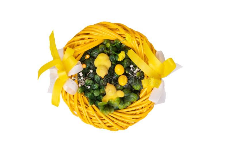 Pasen-decoratieachtergrond Close-up van een gele Pasen-kroon met gele weinig die Pasen-kuikens op een witte achtergrond worden ge stock afbeelding