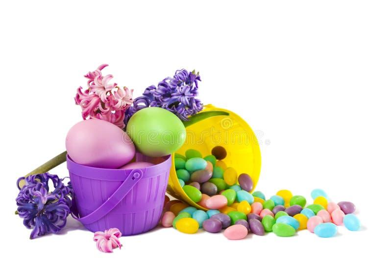 Pasen-decoratieeieren en suikergoed in mand op witte achtergrond, exemplaarruimte royalty-vrije stock foto