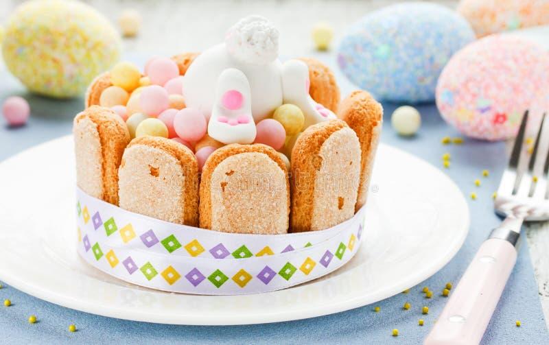 Pasen-dessert voor kinderen: het kleurrijke suikergoed behandelt met koekjes royalty-vrije stock foto