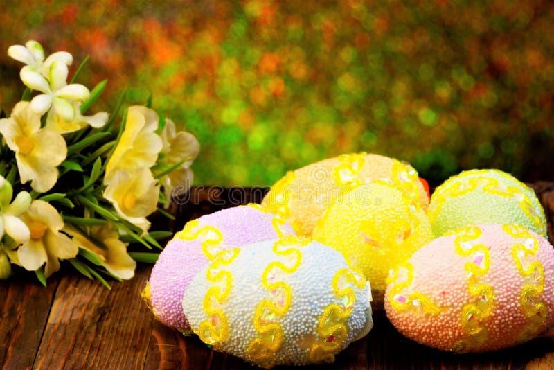 Pasen is een grote en heldere vakantie De traditionele Pasen-gift is een geschilderd ei als symbool van de geboorte van het nieuw stock foto
