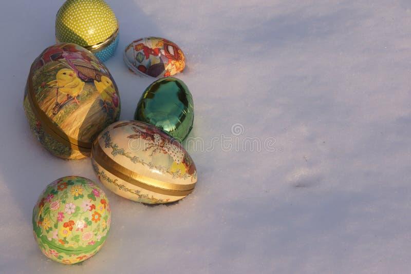 Pasen-eieren in sneeuw stock foto's