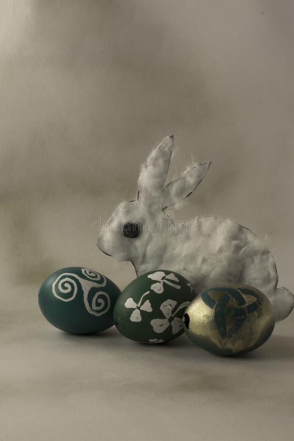 Pasen-eierschalen met rabit stock afbeelding