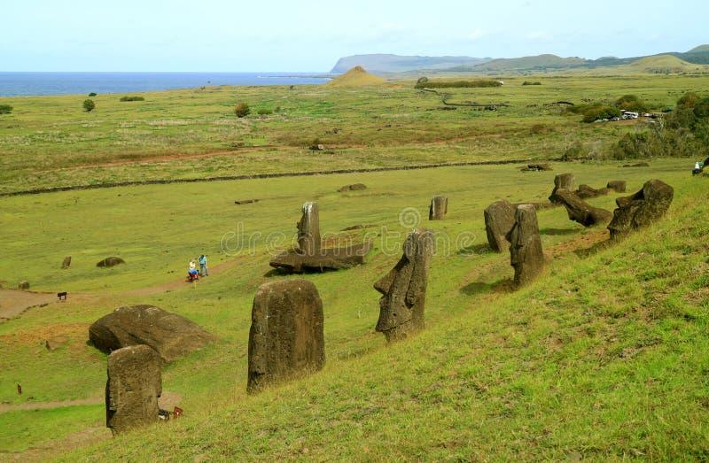 Pasen-Eiland, Chili, Zuid-Amerika, 15 April 2018, Talrijke Onvolledige Moai-standbeelden verspreidde zich op de helling van Rano  stock fotografie