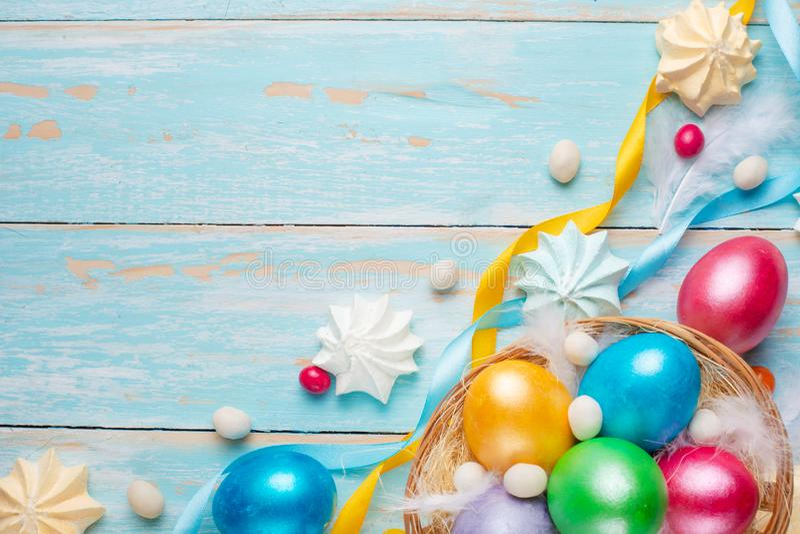 Pasen gekleurde eieren met snoepjes op een houten textuur flatlay De feestelijke achtergrond van Pasen royalty-vrije stock foto