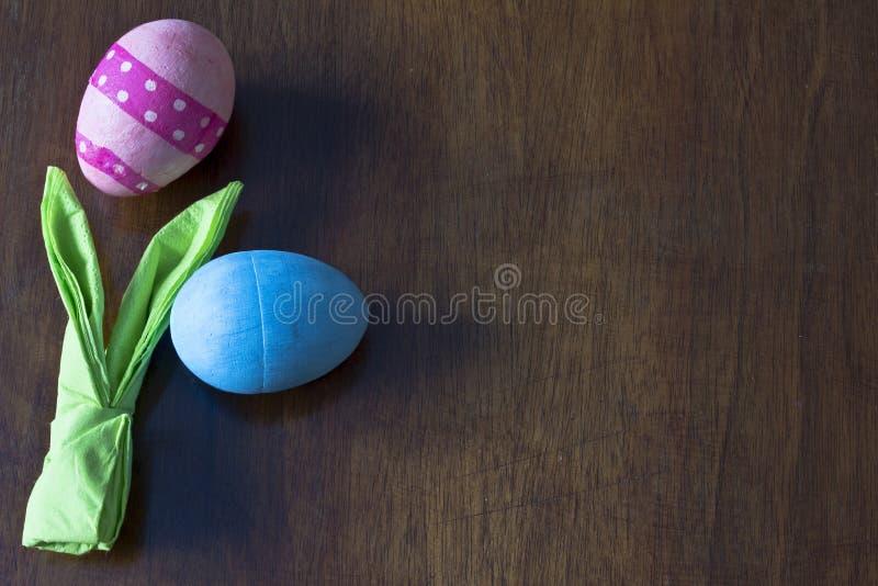 Pasen geschilderd ei op witte achtergrond stock foto