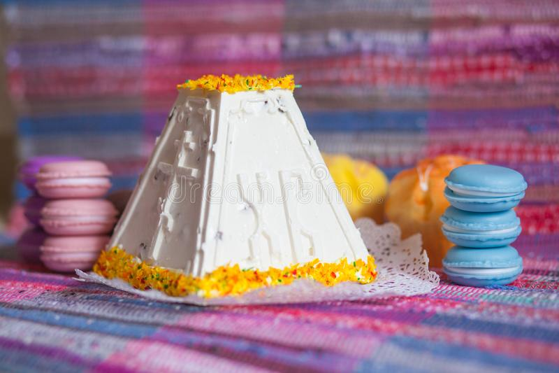 Pasen gestremde melkcake met een helder koekje royalty-vrije stock afbeelding