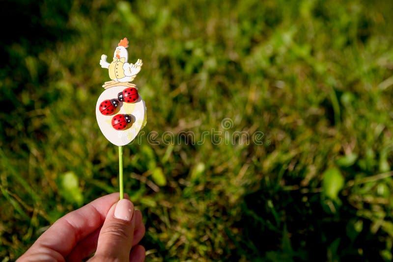 Pasen-gift van houten eetstokjesstuk speelgoed kip en lieveheersbeestje, kever Oostelijk Konijntje Met de hand gemaakt Het projec stock fotografie