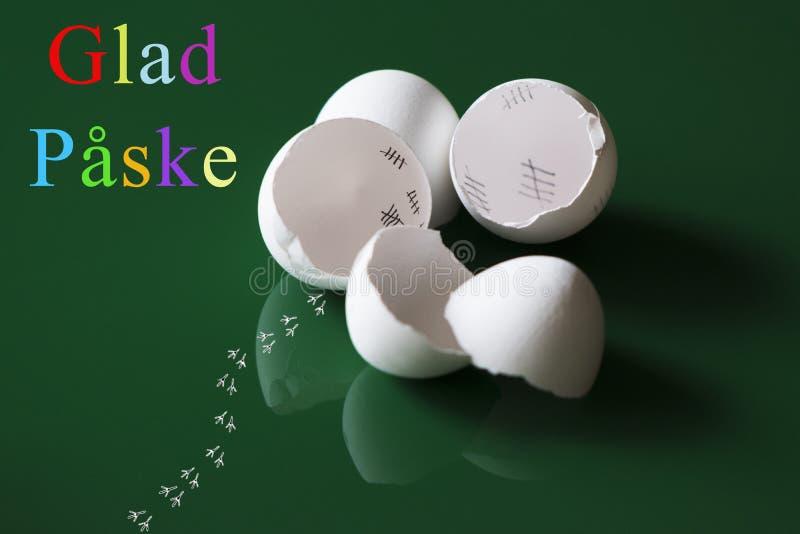 Pasen-groeten met verbrijzelde eierschalen royalty-vrije stock afbeeldingen
