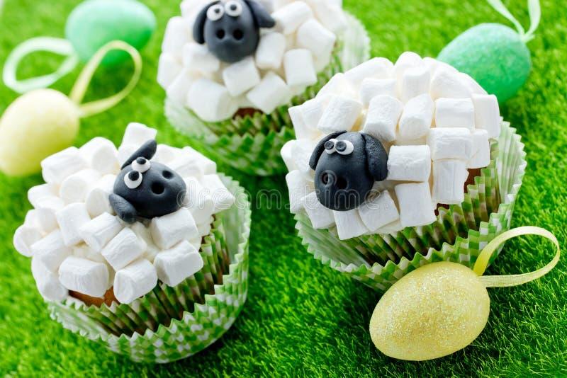 Pasen-het schaap cupcakes, de creatieve partij van ideepasen behandelt voor jonge geitjes stock afbeeldingen