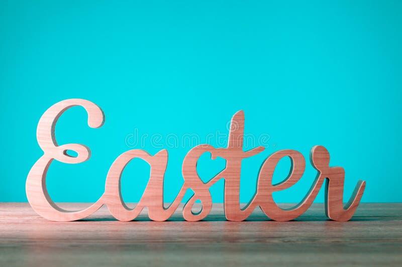 Pasen - Houten gesneden brieven Feestelijke decoratie Gelukkige Pasen Het begin van de de lentetijd stock foto