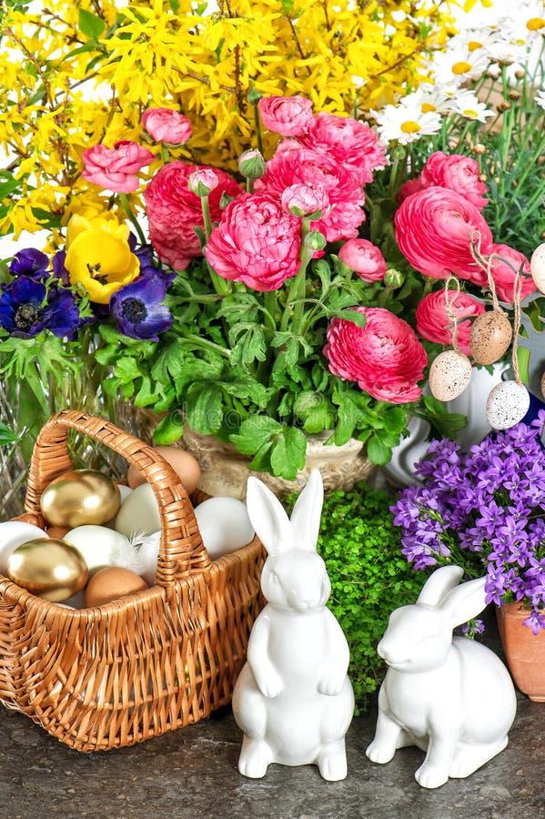 Pasen-huisdecoratie met verse de lentebloemen, konijntje en eieren royalty-vrije stock fotografie