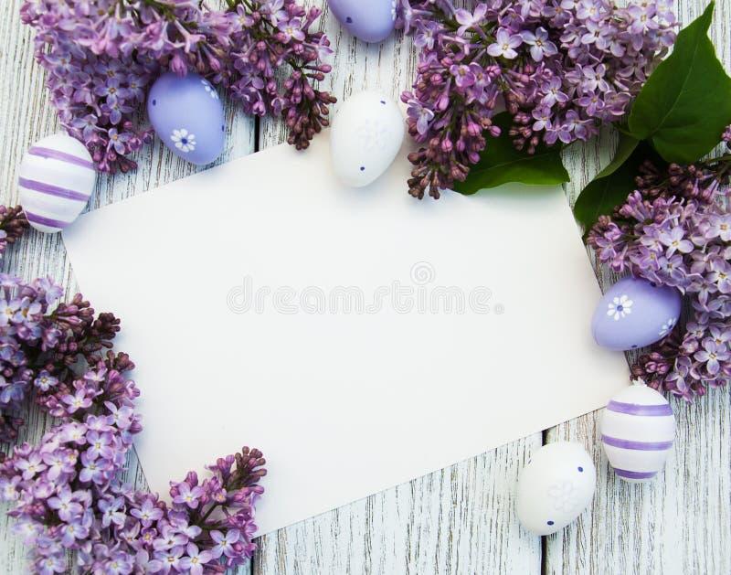Pasen-kaart met lilac bloemen stock afbeeldingen