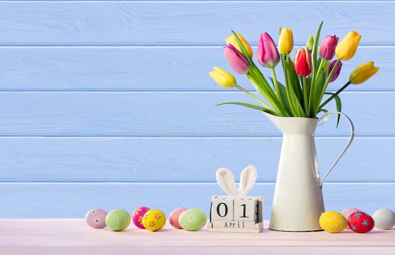 Pasen - Kalenderdatum met Verfraaide Eieren en Tulpen stock afbeeldingen