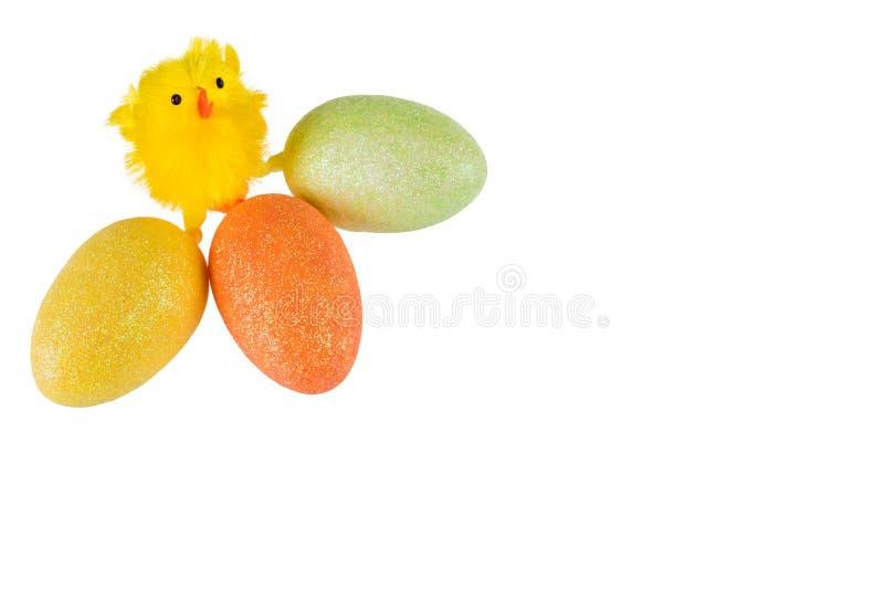Pasen-kip met gekleurde eieren op witte achtergrond royalty-vrije stock fotografie