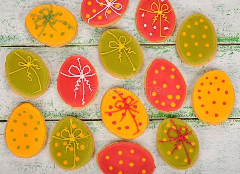 Pasen-koekjes met suikerglazuur worden verfraaid dat stock foto's