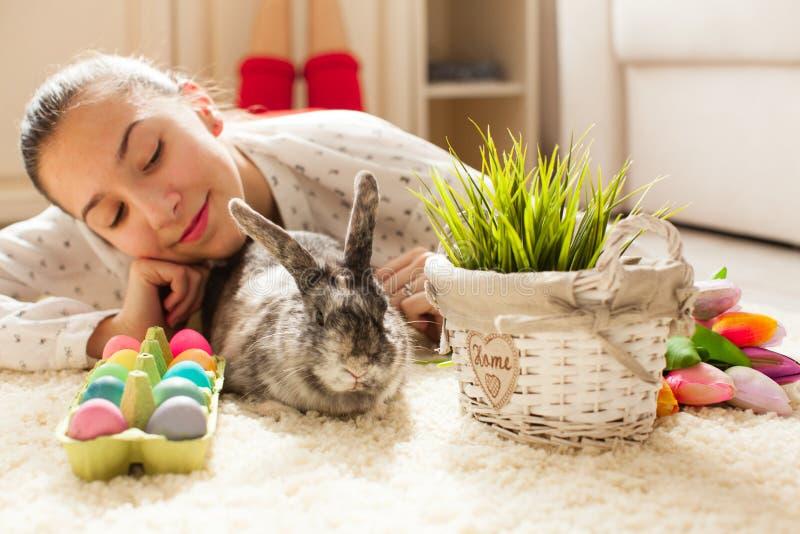 Pasen-konijn in huis royalty-vrije stock afbeelding