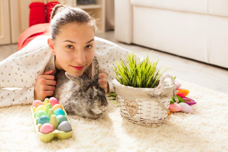 Pasen-konijn in huis stock foto
