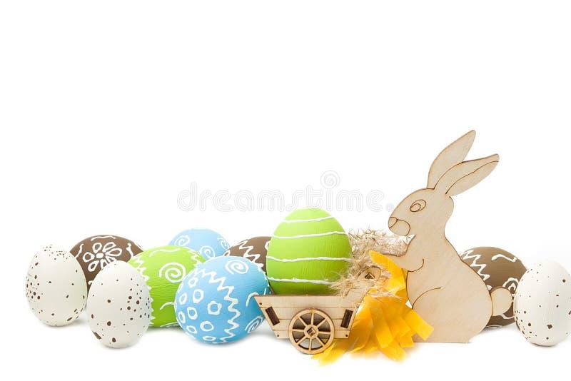 Pasen-konijn met eieren in kar op witte achtergrond wordt geïsoleerd die stock afbeelding
