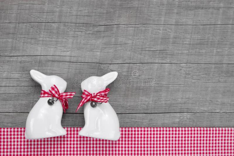 Pasen-konijnendecoratie in binnenland op een houten achtergrond in stock afbeeldingen