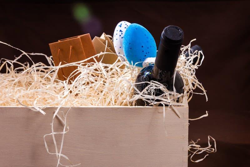 Pasen koppelen twee van de de eierendoos van de flessenwijnstok splinters van het de lade houten blauwe witte rode stro de weinig stock fotografie