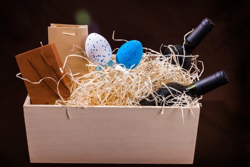 Pasen koppelen twee van de de eierendoos van de flessenwijnstok splinters van het de lade houten blauwe witte rode stro de weinig stock foto's