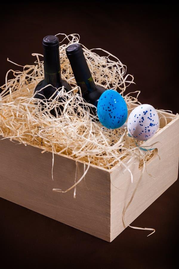 Pasen koppelen twee van de de eierendoos van de flessenwijnstok splinters van het de lade houten blauwe witte rode stro de weinig royalty-vrije stock foto