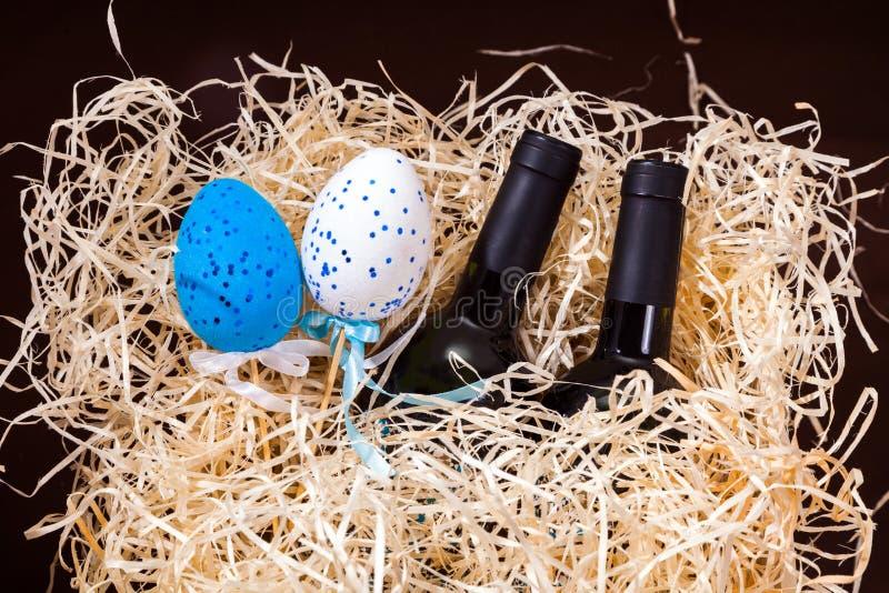 Pasen koppelen twee van de de eierendoos van de flessenwijnstok splinters van het de lade houten blauwe witte rode stro de weinig stock afbeelding
