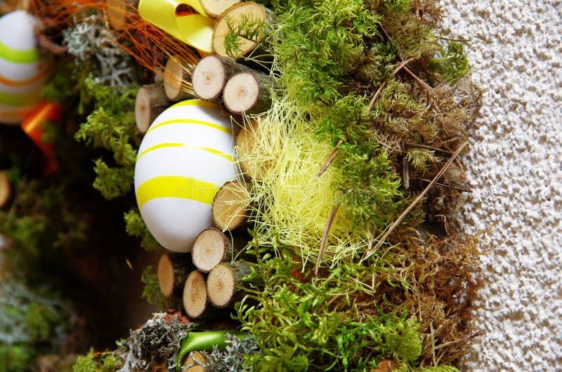 Pasen-kroon van natuurlijke materialen wordt gemaakt dat stock foto's