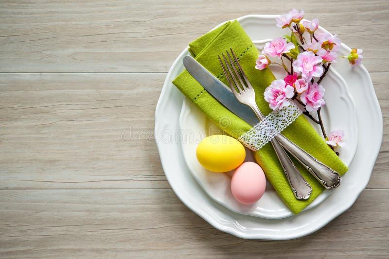 Pasen-lijst die met de lentebloemen en bestek plaatsen royalty-vrije stock foto