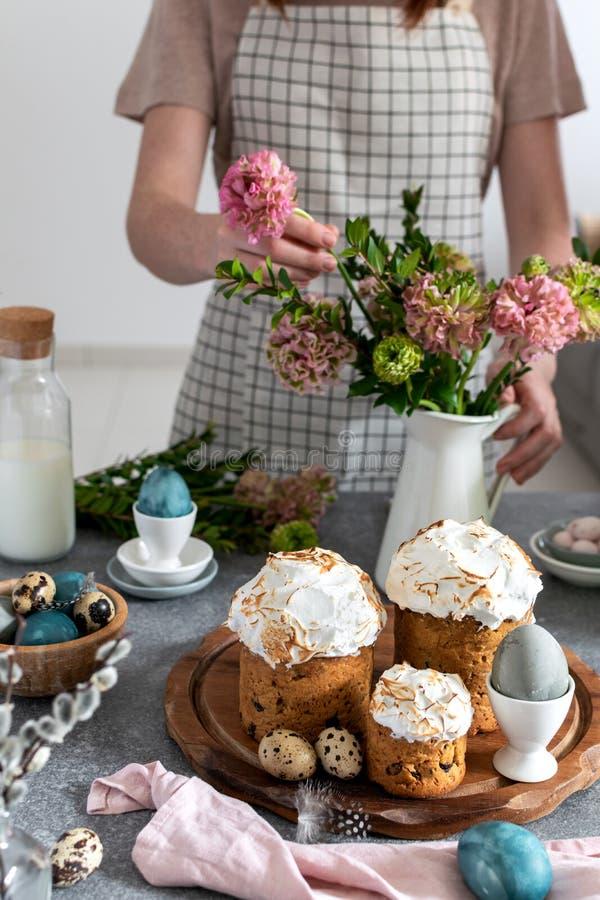 Pasen-lijst - het wijfje die ranunculus bloemen, Pasen-cake, melkfles schikken, kleurde eieren, verticale kwartelseieren, wilg ba royalty-vrije stock fotografie