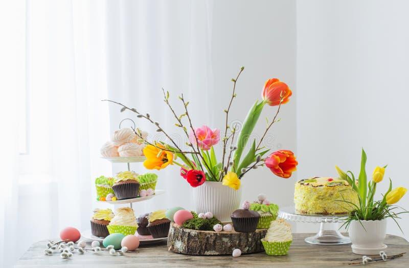 Pasen-lijst met tulpen en decoratie royalty-vrije stock afbeeldingen