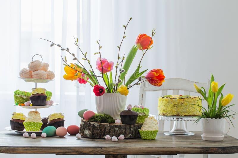 Pasen-lijst met tulpen en decoratie royalty-vrije stock fotografie