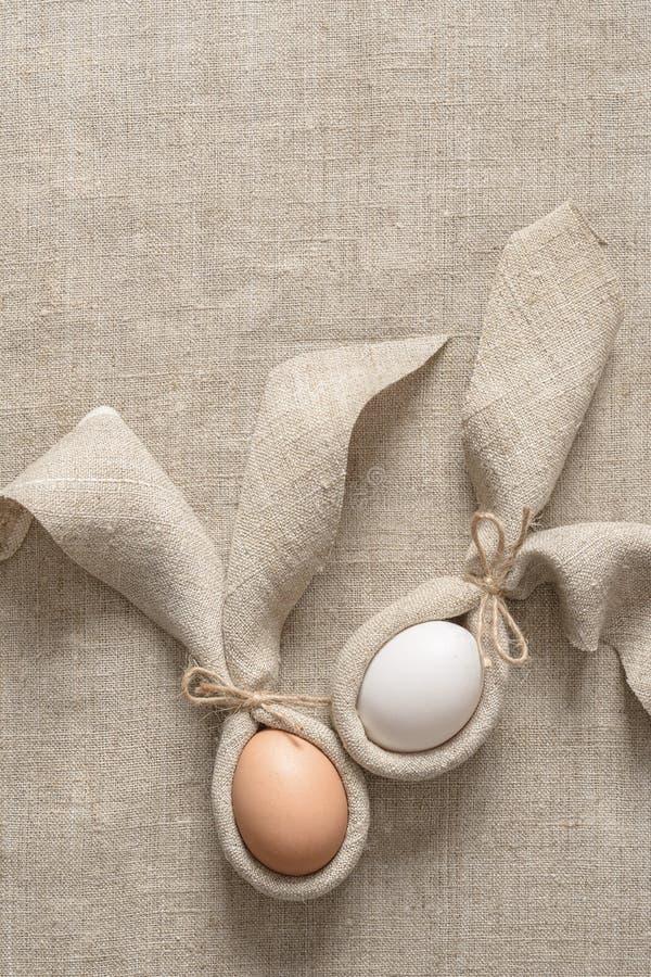 Pasen-lijstdecoratie met servet in de vorm van konijnoren en eieren Feestelijke minimalism royalty-vrije stock fotografie