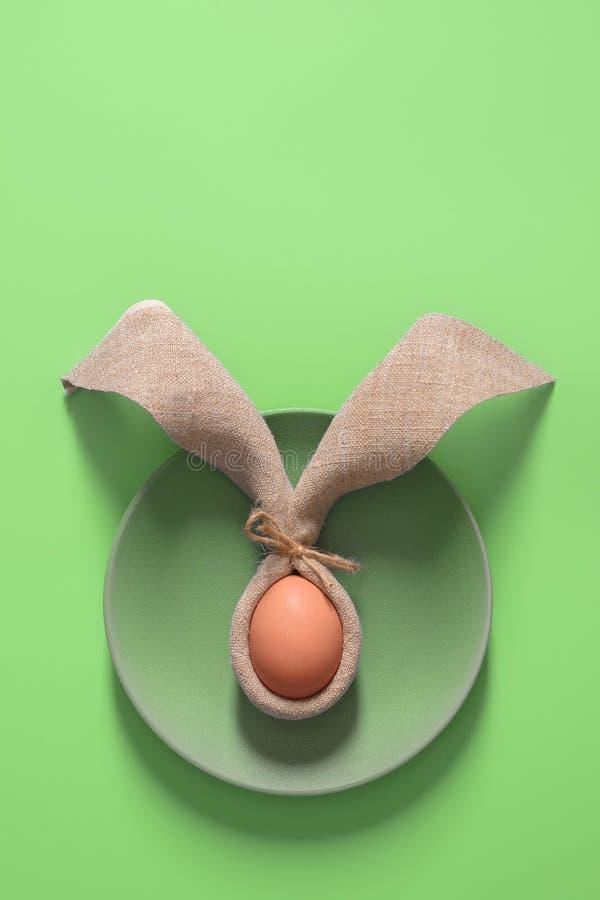 Pasen-lijstdecoratie met servet in de vorm van konijnoren en eieren Feestelijke minimalism royalty-vrije stock afbeelding