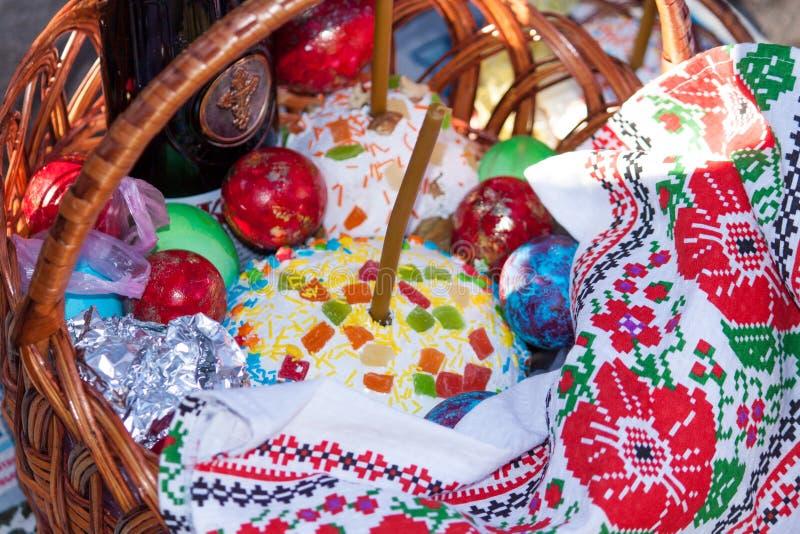 Pasen-mand met Brood, Kulich, Cake, Paska, eieren, wijn, kaars stock fotografie